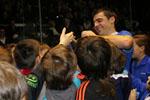 À l'issue de la partie, les enfants se pressent autour de Pascal De Ezcurra, le nouveau champion Elite Pro 2014, pour récupérer un de ses tacos en souvenir.